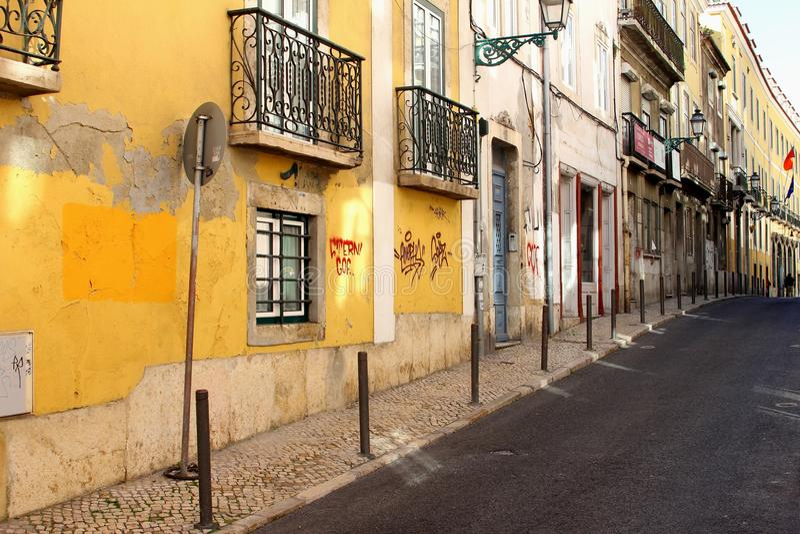 Grungy старый альт района улицы городка, Лиссабон, Португалия стоковое фото rf