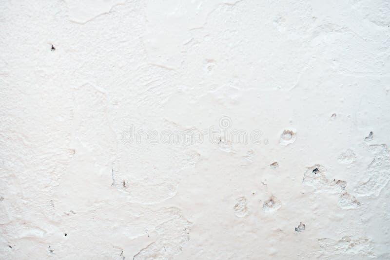 Grungy biały betonowej ściany tło tło wyszczególniająca czerepu wysoka kamienna ściana Cementowa tekstura zdjęcie royalty free