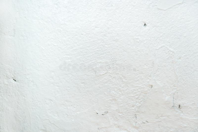 Grungy biały betonowej ściany tło tło wyszczególniająca czerepu wysoka kamienna ściana Cementowa tekstura obraz stock