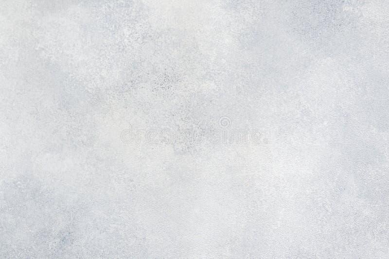 Grungy biały betonowej ściany tło tło wyszczególniająca czerepu wysoka kamienna ściana Cementowa tekstura obraz royalty free