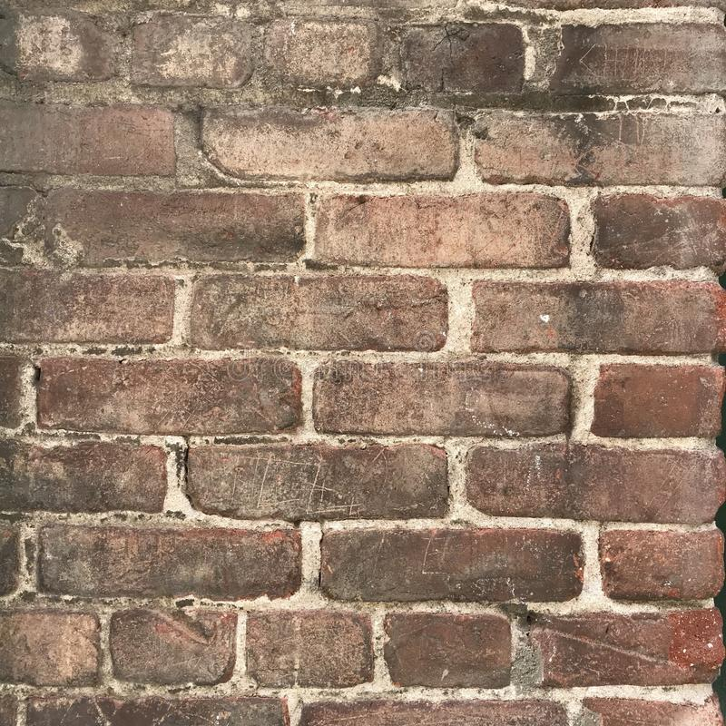 Grungy brown ściana z cegieł zakończenie up bryzga z farbą zdjęcia royalty free