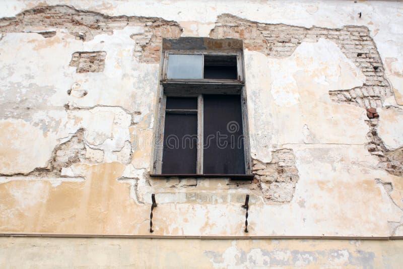 Grungy cementvägg och fönster royaltyfri foto