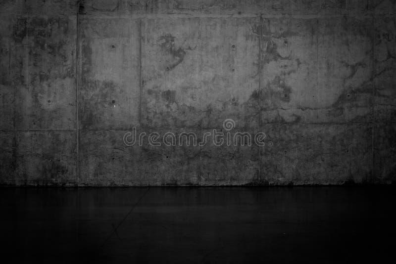 Grungy ciemna betonowa ściana i mokra podłoga obrazy stock