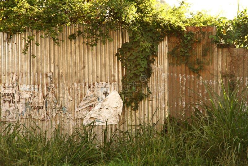 Grungy metallvägg i Afrika arkivbild