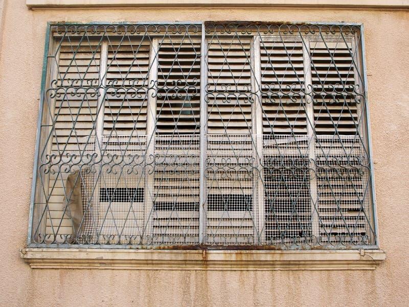 Grungy okno z ośniedziałymi stalowymi pręt obrazy stock