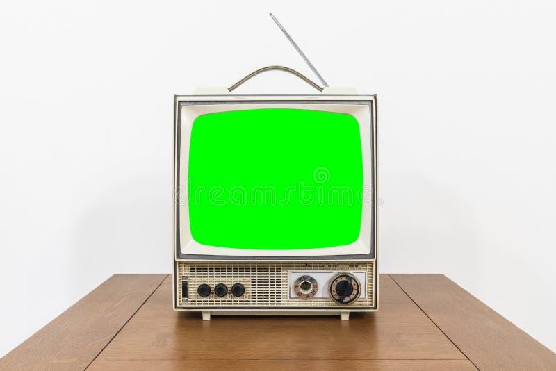 Grungy rocznika Przenośna telewizja na stole z Chroma zieleni ekranem zdjęcia royalty free