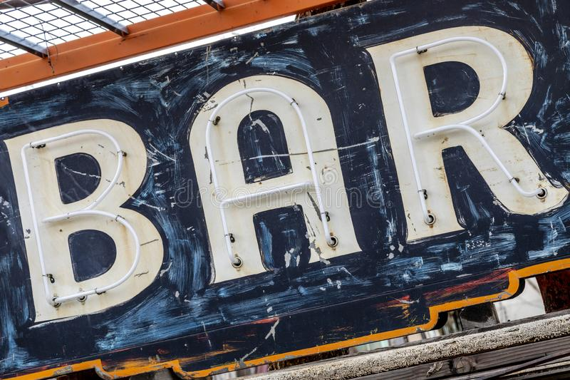 Grungy roestig oud geschilderd barteken stock foto