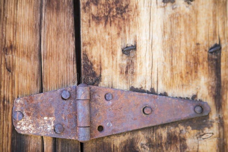 Grungy rostat trä för dörrgångjärn royaltyfria bilder