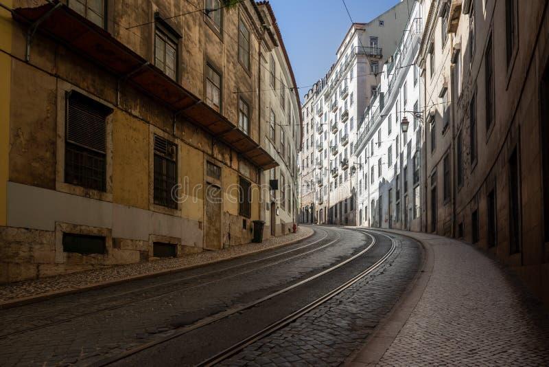 Grungy städtische Straße mit gebogener Straße lizenzfreies stockbild