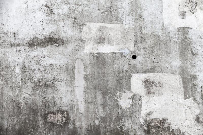 Grungy tom betongvägg med vita slaglängder för målarfärgborste royaltyfria foton