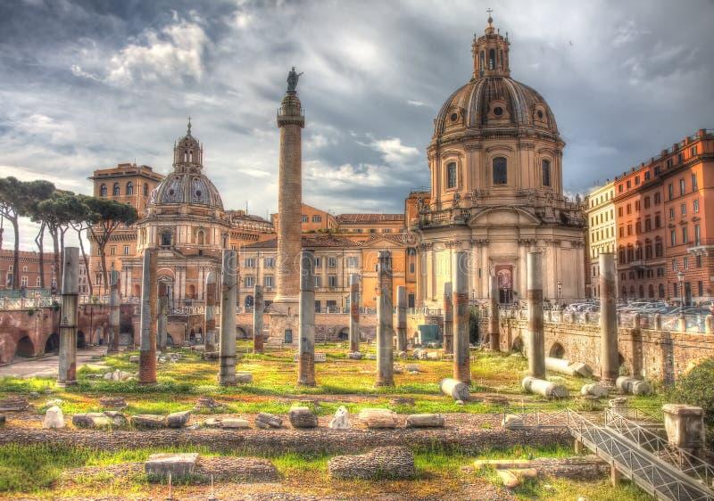 Grungy uitstekend beeld van de kolom en de kathedraal van Trajan op Piazz royalty-vrije stock afbeelding