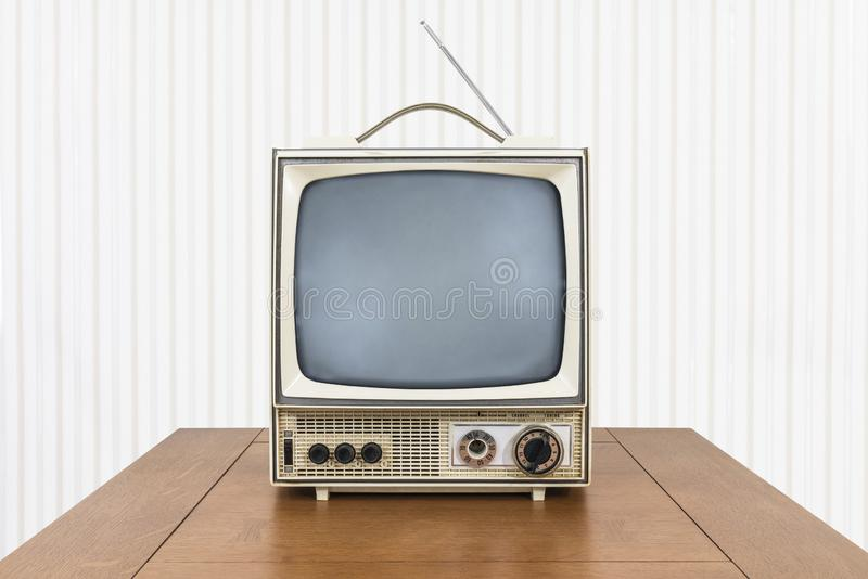 Grungy Weinlese-tragbares Fernsehen auf alter hölzerner Tabelle stockfoto