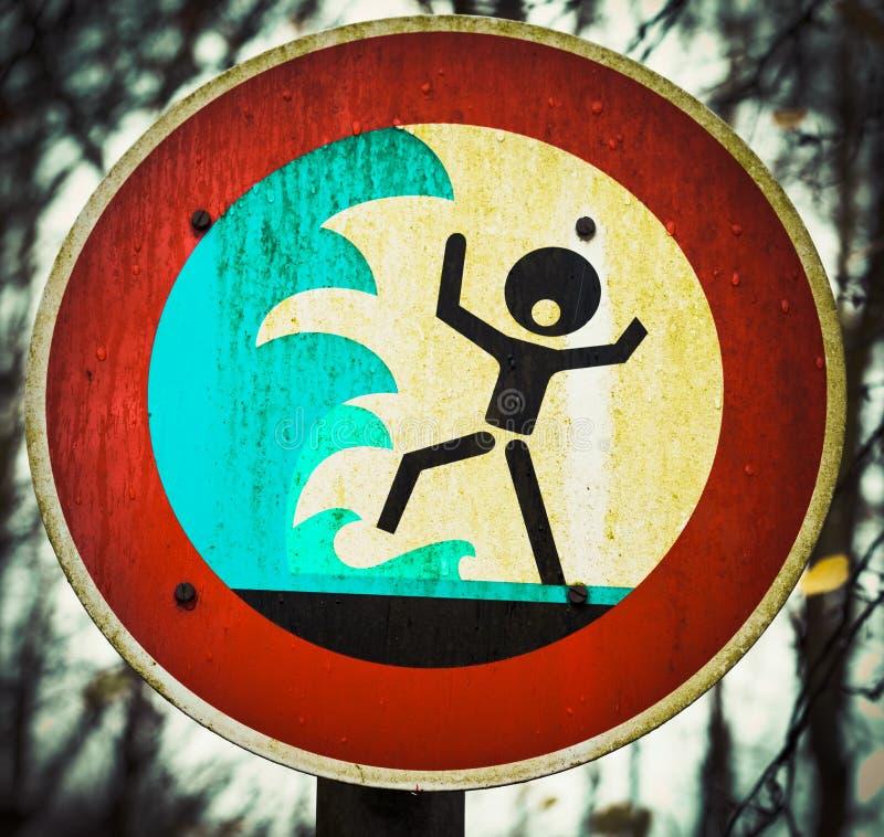 Krzyczący osoby flashflood tsunami znak ostrzegawczy obraz royalty free