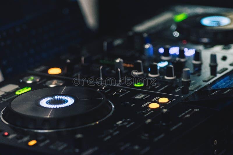 Grunt fokusfotografi av den svarta Dj-kontrollanten royaltyfri bild