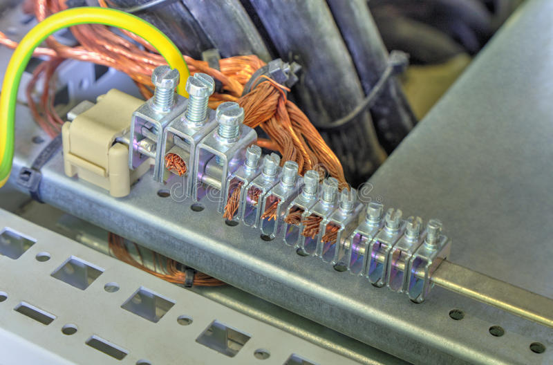 Gruntować terminale i druty w elektrycznej kontrolnej kabince fotografia stock