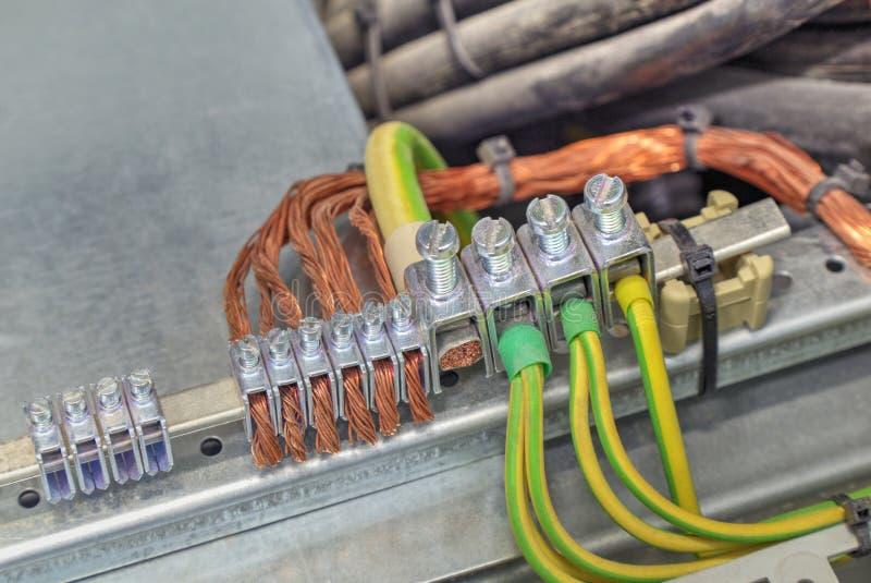 Gruntować terminale i druty w elektrycznej kontrolnej kabince obrazy stock