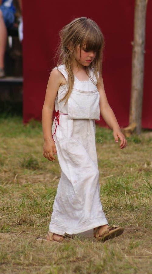 Grunwald Polen - 2009-07-18: Liten folk flicka royaltyfri bild