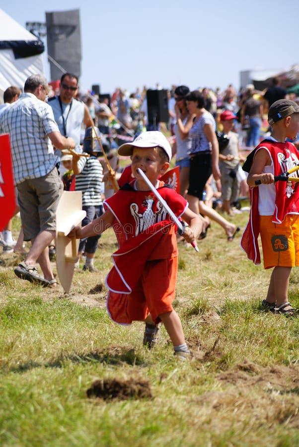 Grunwald, Polonia - 2009-07-18: Bambini che giocano guerra immagine stock libera da diritti