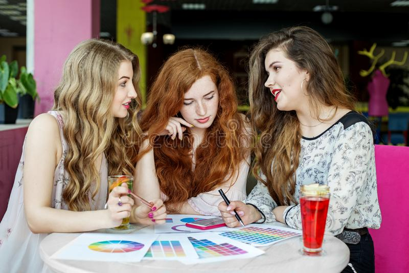 Grup dziewczyny dyskutuje ich studia w kawiarni Projekt praca Pojęcie styl życia, przyjaźń, nauka i praca, fotografia royalty free