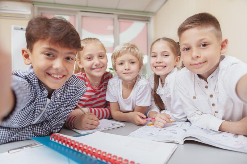 Grupa śliczni małe dzieci rysunkowi w sztuki klasie wpólnie zdjęcie stock