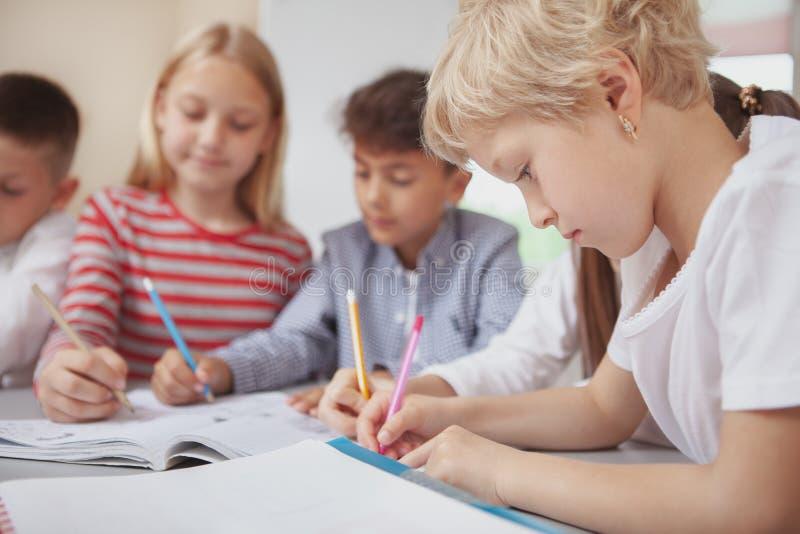 Grupa śliczni małe dzieci rysunkowi w sztuki klasie wpólnie fotografia royalty free