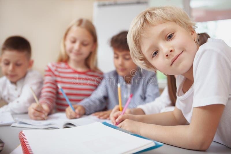 Grupa śliczni małe dzieci rysunkowi w sztuki klasie wpólnie fotografia stock
