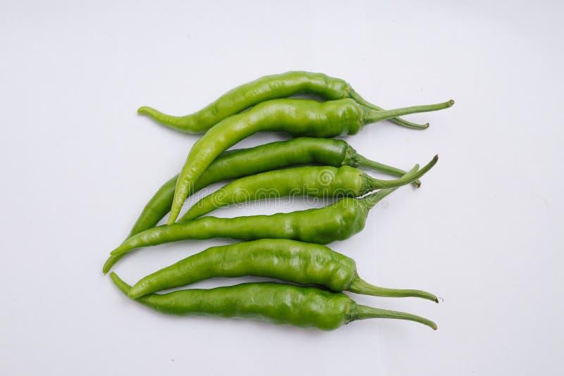 Grupa ?wiezi zieleni chili pieprze odizolowywaj?cy na bia?ym tle zdjęcia stock