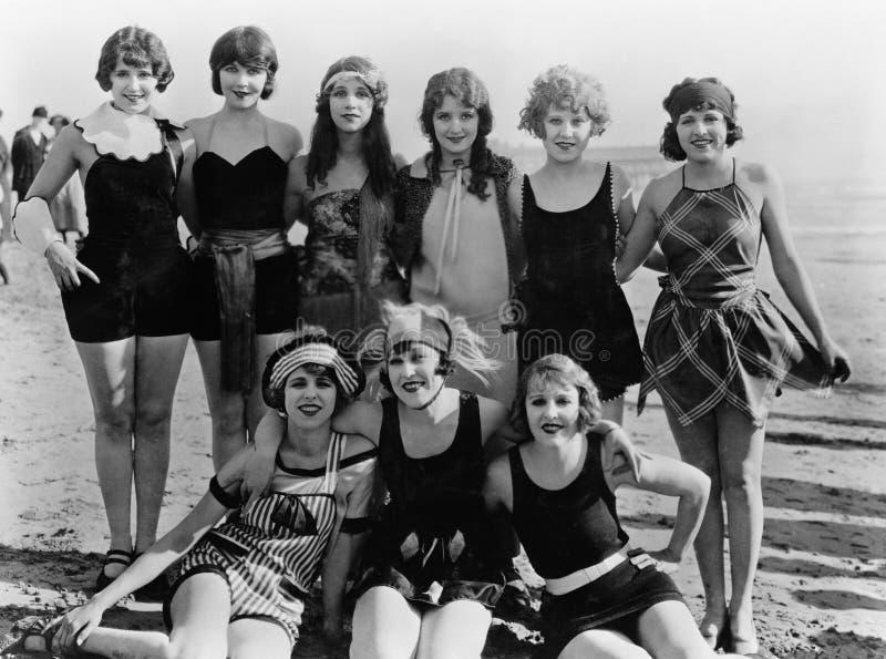 Grupa żeńscy przyjaciele przy plażą (Wszystkie persons przedstawiający no są długiego utrzymania i żadny nieruchomość istnieje Do zdjęcia stock