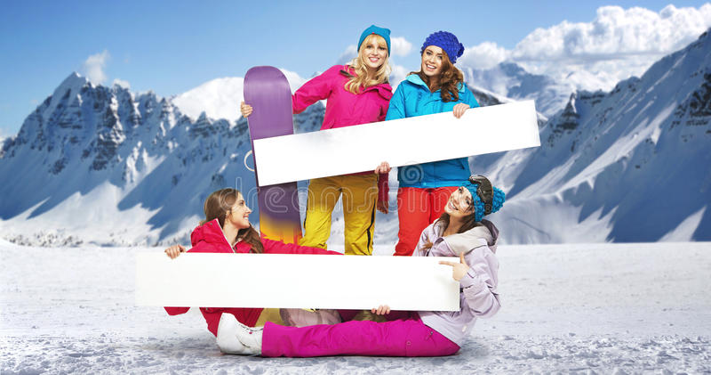Grupa żeńscy snowboarders z jaskrawymi deskami zdjęcia royalty free
