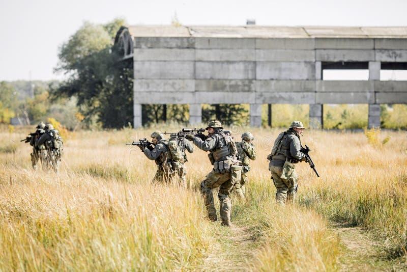 Grupa żołnierze angażował w eksploracja terenie zdjęcie stock