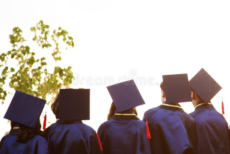 Grupa absolwenci podczas pocz?tku Poj?cie edukacji gratulacje w uniwersytecie Skalowanie ceremonia obrazy stock