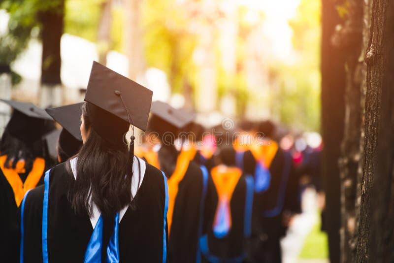 Grupa absolwenci podczas pocz?tku Poj?cie edukacji gratulacje w uniwersytecie zdjęcie royalty free