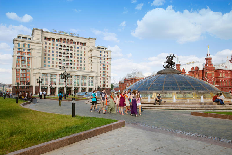 Grupa absolwenci szkoła przy Manezhnaya kwadratem, Moskwa obrazy stock