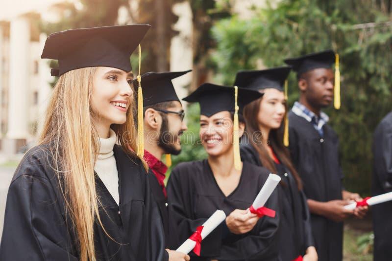 Grupa absolwentów świętować obrazy royalty free