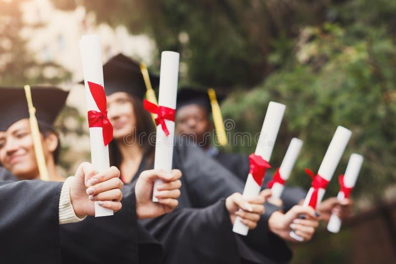 Grupa absolwentów świętować zdjęcia royalty free
