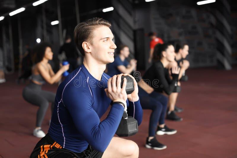 Grupa atlety opracowywa w gym obraz royalty free
