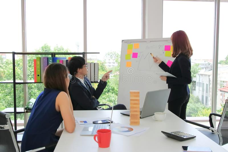 Grupa Azjatyccy ludzie biznesu wyjaśnia strategie na trzepnięcie mapie w sala konferencyjnej zdjęcie stock