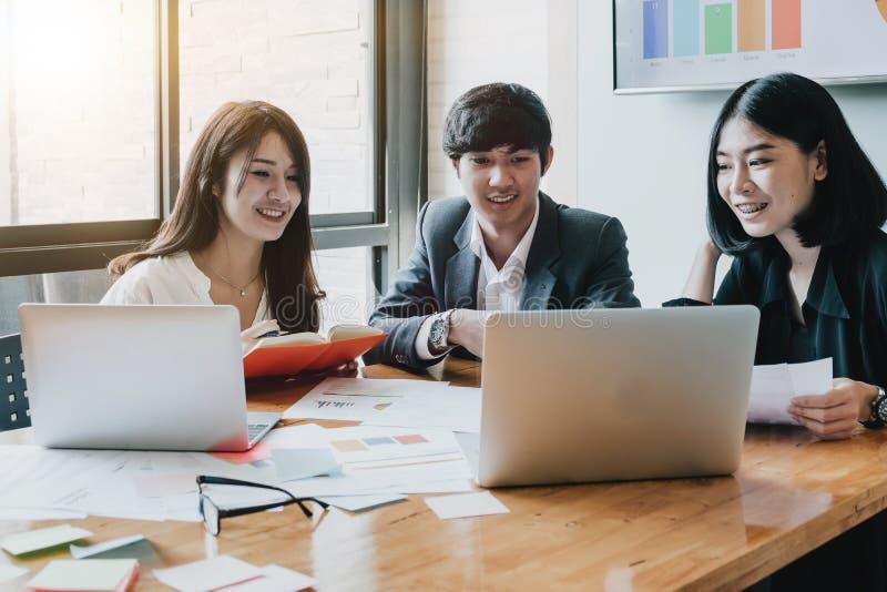 Grupa Azjatyccy ludzie biznesu z przypadkowym kostiumem pracuje z zdjęcia stock