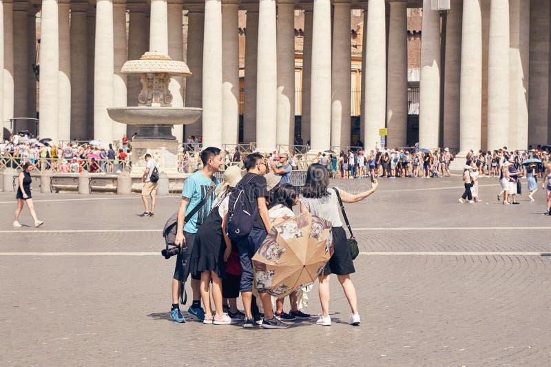 Grupa Azjatyccy turyści robi selfie w Watykańskim terenie obok fotografia royalty free