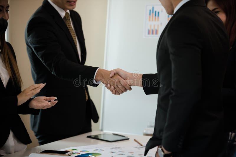 Grupa Azjatycki Biznesowy uścisk dłoni gratulacje na meetin zdjęcie stock