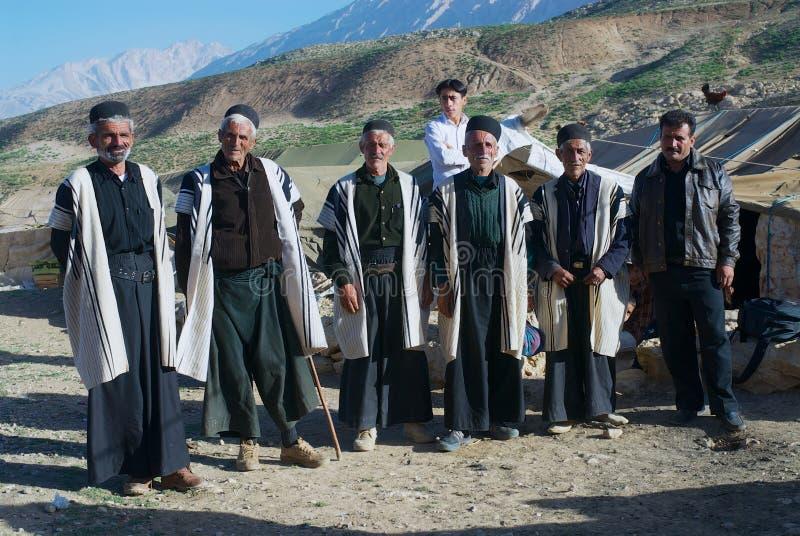 Grupa Bakhtiari koczownika plemienia mężczyźni jest ubranym tradycyjne suknie około Isfahan, Iran obraz stock