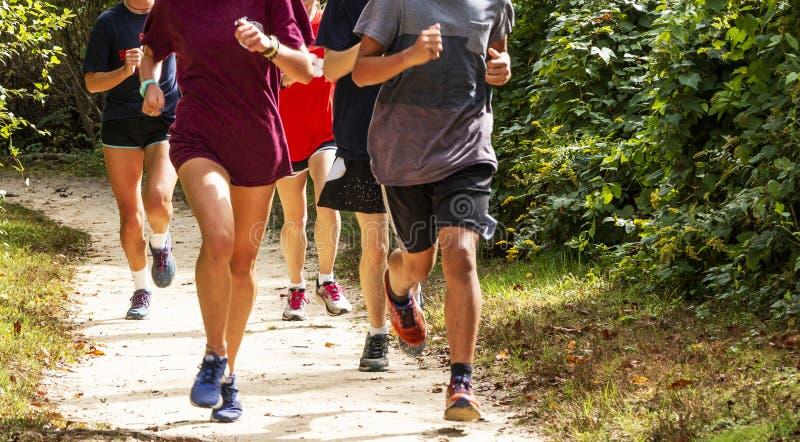 Grupa biegacze na brudu śladu bieg zdjęcia stock