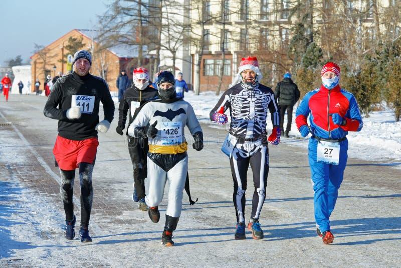 Grupa biegacze w kostiumach różnorodni charaktery biega wzdłuż bulwaru podczas przyrodniego maratonu fotografia royalty free