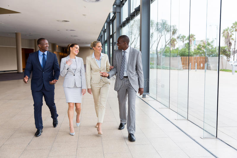 Grupa biznesmenów Chodzić obraz stock