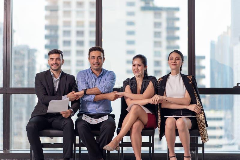 Grupa biznesmena i bizneswomanu mienie wręcza wpólnie, władza współpraca, sukces pracy zespołowej pojęcie obraz royalty free