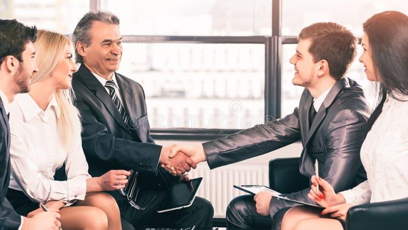 Grupa biznesmeni dyskutuje polisy firmy chwianie wr?cza z each inny zdjęcia royalty free