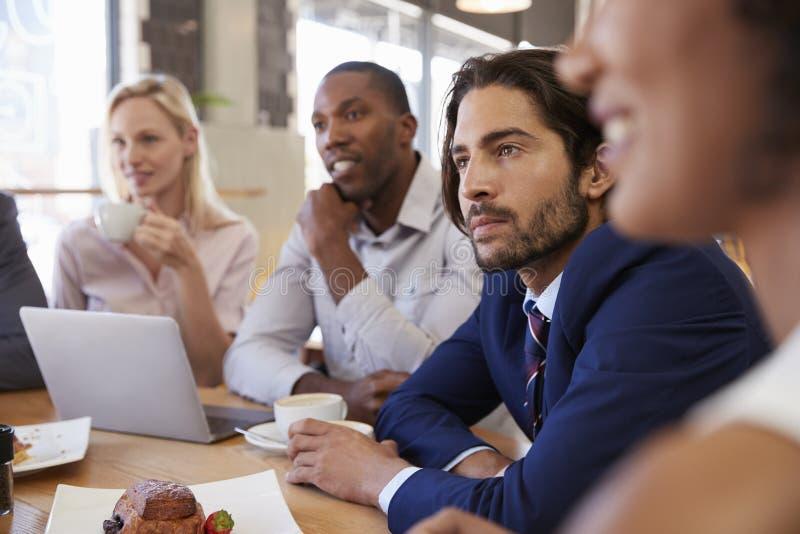 Grupa biznesmeni Ma spotkania W sklep z kawą zdjęcia stock
