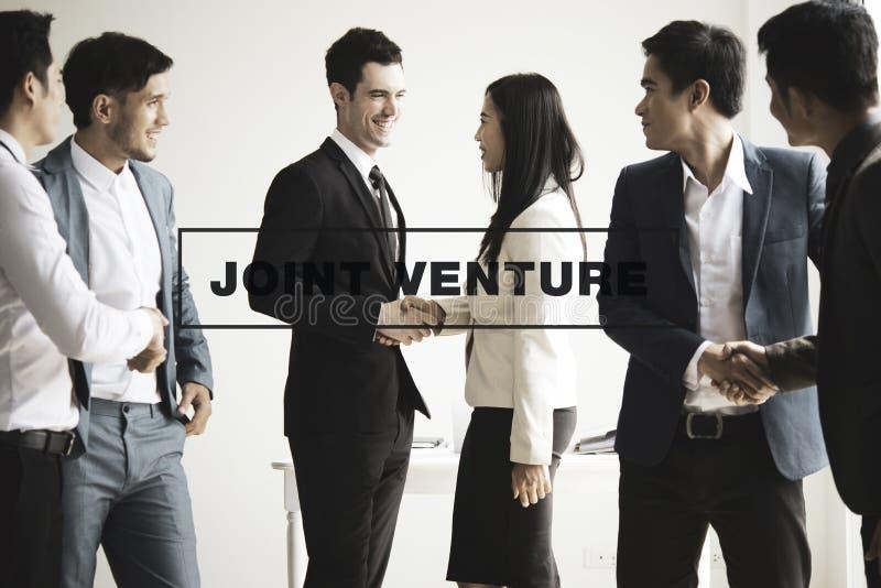 Grupa biznesmeni robi uściskowi dłoni w biurze łączny ventur obraz stock