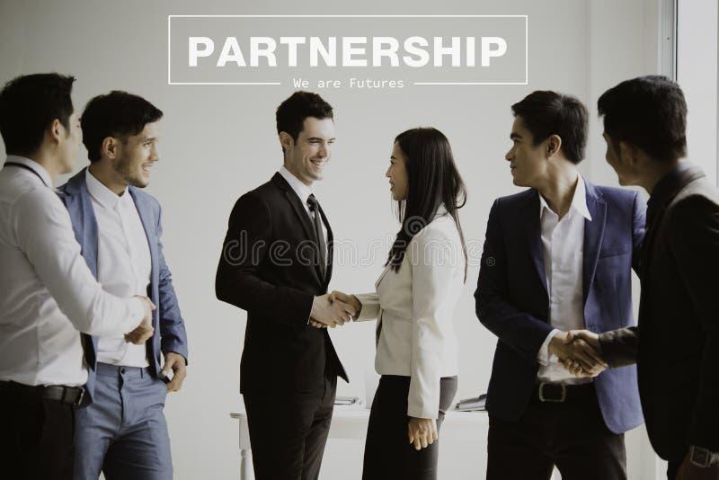Grupa biznesmeni robi uściskowi dłoni w biurze partnerstwo zdjęcie stock