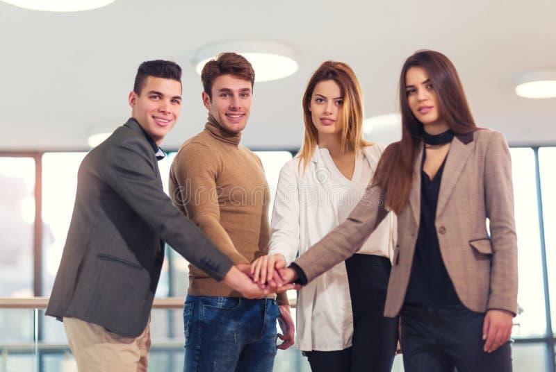 Grupa biznesmeni stawia ich ręki na wierzchołku obraz royalty free